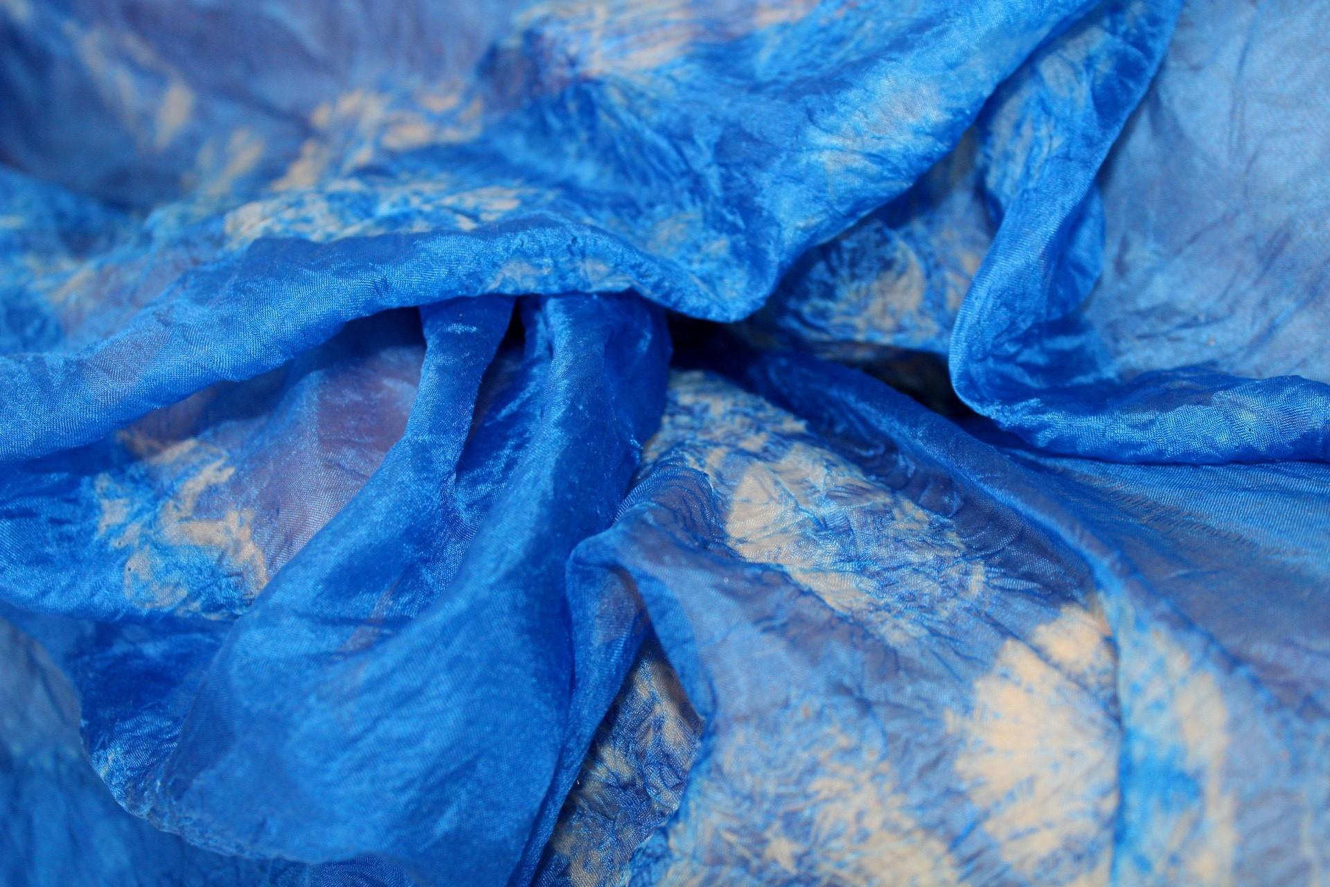 The upper body is a red bodysuit, the lower body is blue tie-dye trouser.