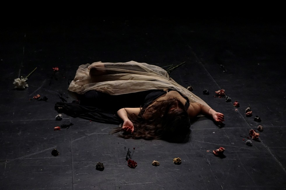 Un-Rapture was the closing performance of a series addressing the traumatic recovering and grieving process that women and nature have to go through after a situation of abuse.