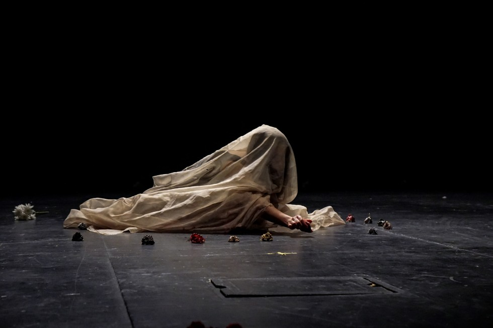 Un-Rapture was the closing performance of a series addressing the traumatic recovering and grieving process that women and nature have to go through after a situation of abuse