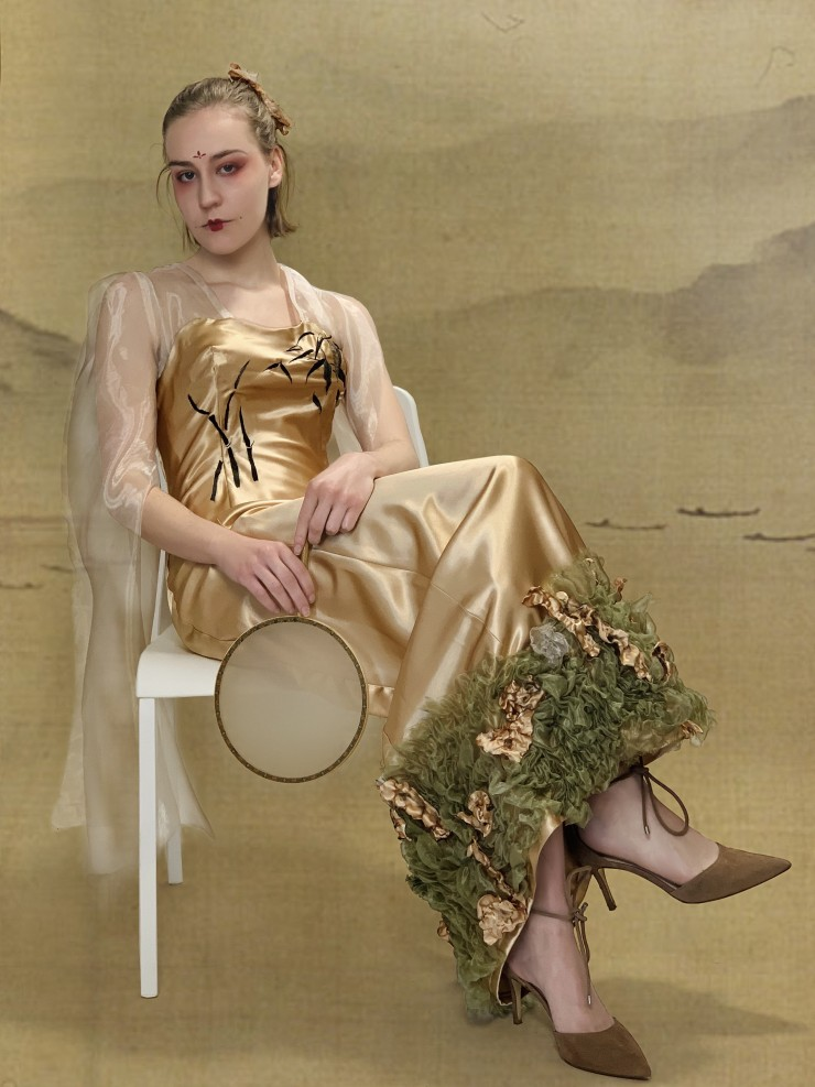 Champagne-colored long dress, the sleeves are long gauze, the end of the dress sewn irregular pleats of fabric.
