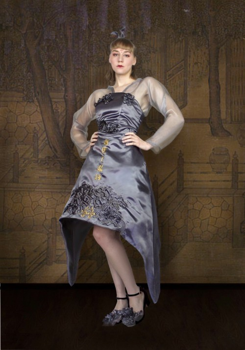 A purplish-bronze skirt with an arch-shaped silhouette. The front and back of the dress have mirrored embroidery of traditional Chinese Chao embroidery.